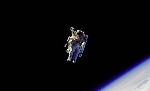 人类首次无系绳太空行走是怎样的体验?